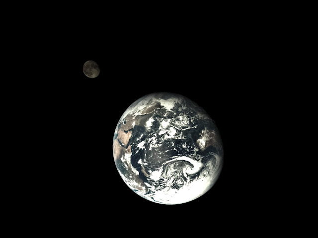 A shot of the Earth and Moon taken by the service module of the Chang'e-5 T1