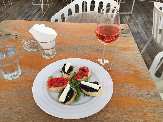 bruchetele si vinul de la Gastrobar