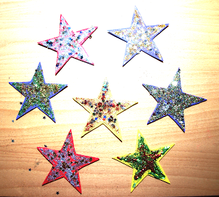 Manualidad para niños, para confeccionar unas preciosas estrellas brillantes.