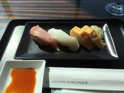 「イカ」から「エビ」に戻っていた 寿司Barのネタ | JAL ファーストクラス ラウンジ (成田国際空港・本館)