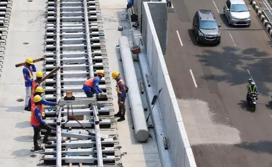 AGEN BOLA - Pengendara Motor Tertimpa Beton MRT