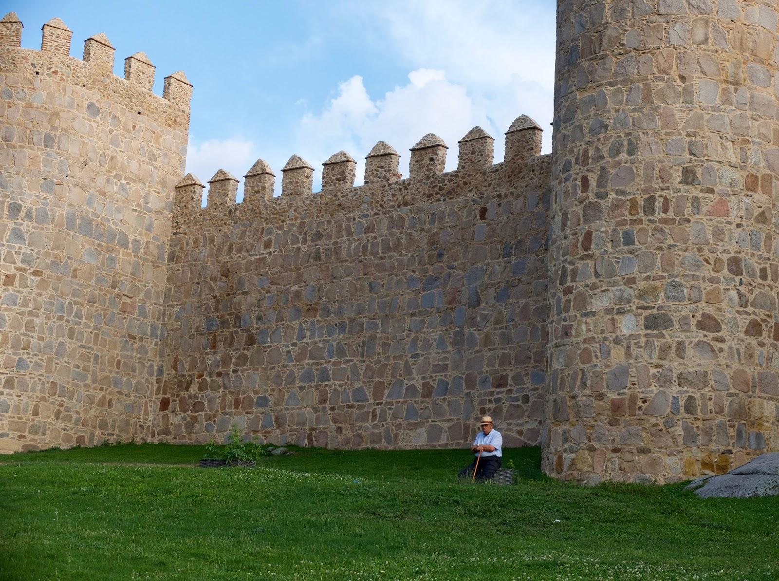 Hombre sentado en las Murallas de Avila, 2015