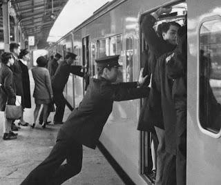 Συνωστισμός αλαζόνων και λαϊκιστών για το τρένο της κεντροαριστεράς