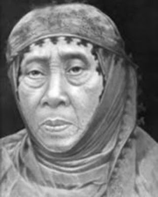Biografi Sopo Tresno dan Aisyiyah        Siti Walidah atau lebih dikenal sebagai Nyai Ahmad Dahlan, lahir pada tahun 1872 di Kampung Kauman, Yogyakarta. Anak keempat dari tujuh bersaudara ini adalah keturunan dari Muhammad Fadil, pemuka Agama Islam dan Penghulu resmi Keraton. Karena alasan adat yang ketat yang berlaku di lingkungan keraton ia menjadi puteri 'pingitan' hingga datang saatnya untuk menikah. Karena pingitan ini, pergaulannya pun sangat terbatas. Ia tidak menempuh pendidikan di sekolah formal. Dengan bimbingan orang tuanya, Siti Walidah belajar Alquran dan kitab-kitab agama berbahasa Arab Jawa (pegon). Ia adalah sosok yang sangat giat menuntut ilmu, terutama ilmu-ilmu keislaman.  Pada 1889 Siti Walidah menikah dengan sepupunya, Muhammad Darwis nama kecil Kyai Ahmad Dahlan. Setelah menikah, ia mengikuti segala hal yang diajarkan oleh suaminya. Bahkan, ia kemudian mengikuti jejak KH Ahmad Dahlan menggerakkan Muhammadiyah, yang didirikan KH A Dahlan pada tahun 1912. Saat Ahmad Dahlan sedang sibuk-sibuknya mengembangkan Muhammadiyah saat itu, Nyai Ahmad Dahlan mengikuti suaminya dalam perjalanannya. Namun, karena beberapa dari pandangan Ahmad Dahlan tentang Islam dianggap radikal, pasangan ini kerap kali menerima ancaman. Misalnya, sebelum perjalanan yang dijadwalkan ke Banyuwangi, Jawa Timur mereka menerima ancaman pembunuhan dari kaum konservatif