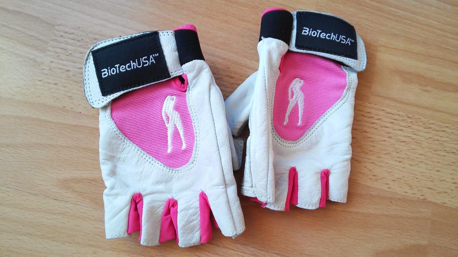 c8558bde7 Vec ktorú som dostala od mojej lásky sú rukavice na cvičenie. Sú od značky Biotech  USA. Majú krásnu bielo-ružovú farbu a som z nich nadšená.