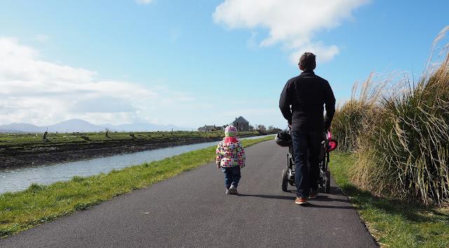 isä ja tytär, kävelylenkki, pallotakki, rantareitti, vauvan vaunut