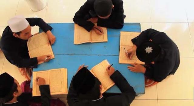 Santri Krapyak sedang belajar bersama (mutholaah)
