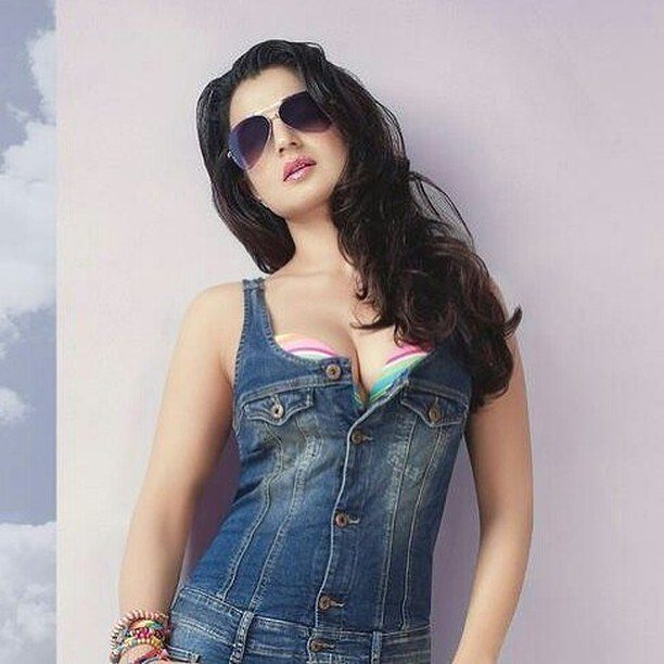 Ameesha Patel Sexy Cleavage Images