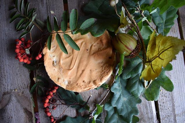 Przepis na jabłecznik na kruchym spodzie z bezą.