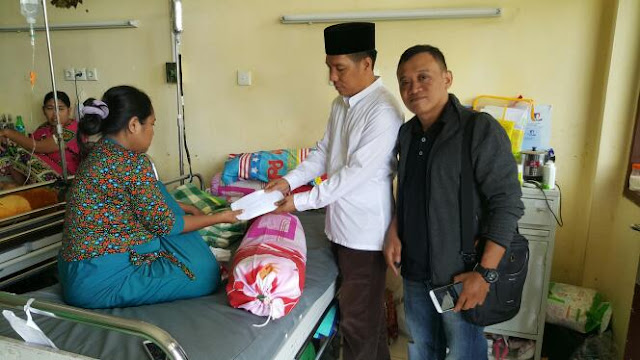 Rajab Wakili Grup Accarita Ki Serahkan Bantuan ke Bayi Pengidap Tumor