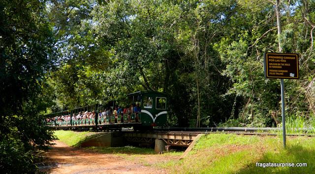 Trem que transporta os turistas no lado argentino das cataratas do Iguaçu