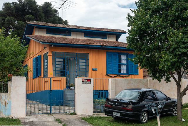 Casa de madeira no Boa Vista, com estilo diferente e pintada com cores fortes