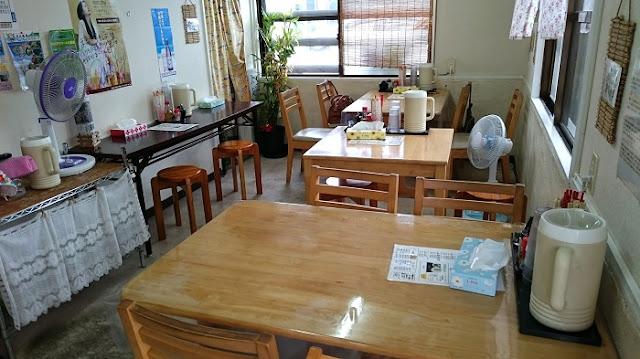 沖縄そば まるやすのテーブル席とカウンター席の写真