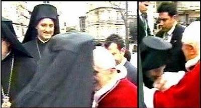 Αποτέλεσμα εικόνας για ο προύσσης ελπιδοφορος ασπάζεται την δεξιά του πάπα