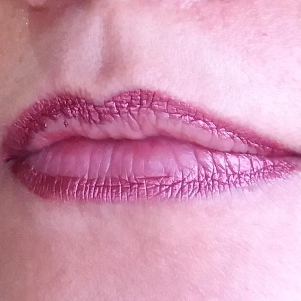 Lábios com batom líquido mate metálico