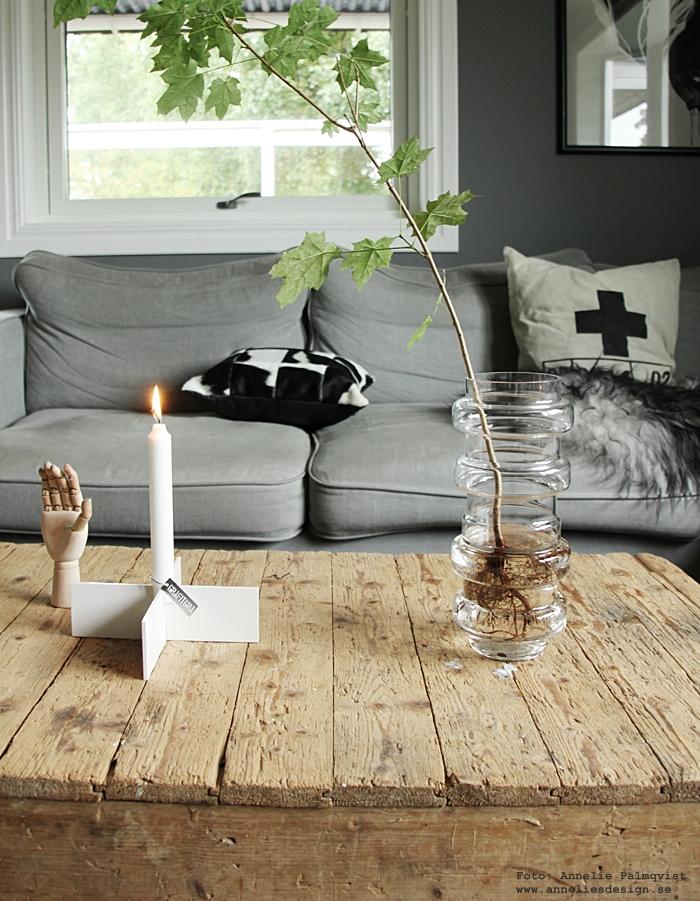 kudde, vit parkett, grå soffa, annelies design, webbutik, shopping, varberg, inredningsbutik, butik, zebra, döden, lampa, lampor, aveva design, vako, vas, lotta pettersson, bord av vagn, vagn, hjul, hand, ljusstake kryss, grafitgrå, gråa väggar, grå färg, vardagsrum, soffbord, soffa, tyg, vitt,