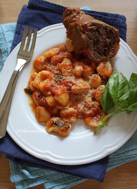 Orecchiette col sugo di pomodoro fresco e involtini di carne