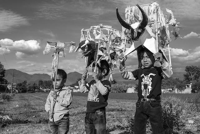 niños con toritos de pirotecnia en Oaxaca