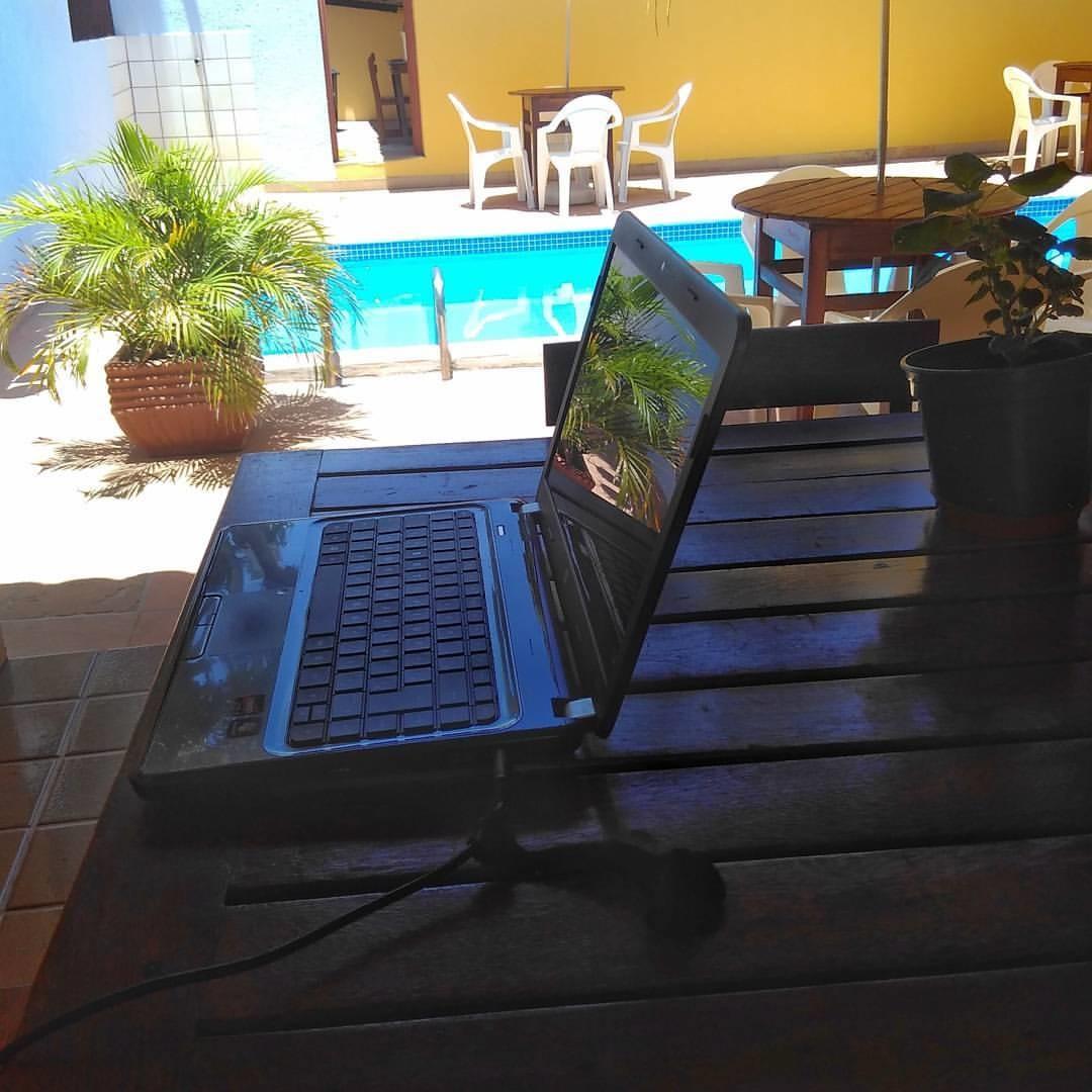 piscina, notebook, Pousada Clara, Cumuruxatiba, trabalho remoto