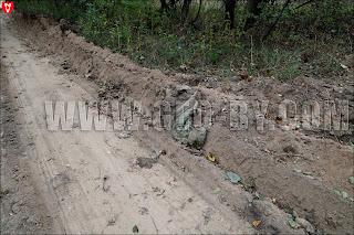 Дорогу в пограничный пункт Шаповалы бульдозер выкопал буквально среди мусора