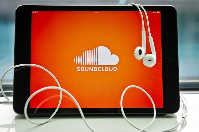 """تحميل لأجود تطبيق أغاني SoundCloud - موسيقي وصوت ساوند كلاود بالمجان  تطبيق أغاني SoundCloud، أصبح من أشهر تطبيقات الأغاني والموسيقي في الوطن العربي لإنه تفوق علي منافسيه من ناحية الجودة والكفاءة.  ينافس تطبيق SoundCloud، العديد من التطبيقات التي تؤدي نفس الغرض، إلا أن تطبيق أغاني SoundCloud، يمتاز عن غيره من تطبيقات الموسيقي والأغاني بمراحل كبيرة.  يتيح لك تطبيق SoundCloud سماع المزيد من الملفات الموسيقية والصوتية.  البحث عن الملفات الموسيقية الجديدة والأكثر تنزيلًا. تجميع المسارات وقوائم التشغيل. متابعة الأصدقاء والمؤدين. اكتشاف وسائط بودكاست، والوسائط الكوميدية والأخبار.  تطبيق SoundCloud - ساوند كلاود، يجعلك حيثما وجدت، وأثناء عملك أو فعلك بأي شئ أن تسمع أي من الأغنيات التي ترغب في سماعها.  بجانب هذا يتوفر من خلال البحث علي تطبيق SoundCloud - ساوند كلاود مزيد من المقاطع المرئية مثل رقص الهيب هوب، والكثير من ملفات موسيقى الروك، وأيضا ملفات الموسيقى الإلكترونية وملفات الموسيقى الكلاسيكية،وموسيقى الهاوس، والجاز، والمصنفات الصوتية، والوسائط الرياضية، وغيرها .  طريقة إستعمال تطبيق SoundCloud - ساوند كلاود:  طريقة إستخدام تطبيق SoundCloud - ساوند كلاود، سهلة جدا حيث يسهل بدء استعمال والبحث عن الملفات الصوتية.، وتجربة استعمال قسم الاستطلاع للبحث عن الملفات الصوتية الأشهر أيا كان نوعها.  يمكنك ايضا خلال البحث، تسجيل """"الإعجاب وحفظ الملف في القائمة المفضلة من أجل تشغيلها متي شئت، تواصلا مع تمكنك صفحة البحث من إيجاد المجريات والمؤدين المفضلين، ومواصلة الملفات التعريفية المخصصة بهم تَستطيع من الإنصات إلى ملف الموسيقى الحديث الذي يقومون بنشره عبر دفق المعلومات لديك.   الميزات الأساسية تطبيق SoundCloud - ساوند كلاود :-  - استطلاع الموجزات الموسيقية والصوتية الأكثر تنزيلًا  - البحث على الفور عن المجريات، والمؤدين، والمستعملين الآخرين  - مواصلة الأصحاب والفنانين لسماع ما يقومون بمساهمته  - استعراض المجريات وفق النوع  - الإنصات إلى الدفق المخصص بك أينما كنت باستعمال WiFi أو شبكة التواصل  - تشغيل المجريات أو إيقافها مؤقتا أو إجتيازها دون فتح تأمين الشاشة  - إلحاق الدخول إلى تطبيقي Facebook و Google+ أو الالتحاق بهما  - إلحاق الأصوات. ومساهمتها عبر منصات التواصل الالكترونية Facebo"""