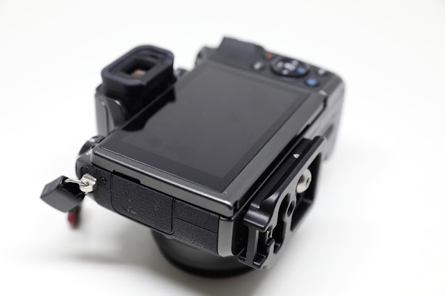 Hejnar D035 QR plate mounted on Canon EOS M5 - rear view