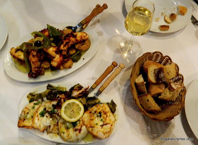Polvo e lula servidos na brasa no Restaurante Quelha, em Amarante