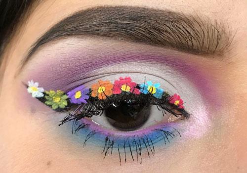 Delineado de ojos con flores de colores dibujadas
