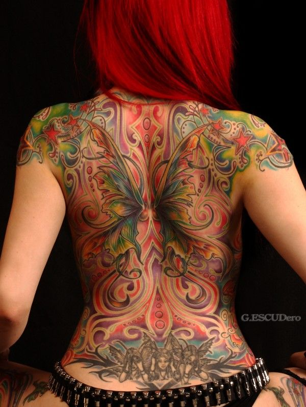 chica con un tatuaje de hada