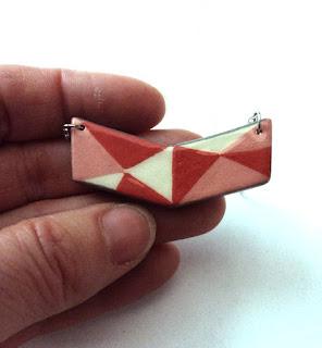 petit collier tendance avec chevron rouge et rose, bijou de créateur printemps
