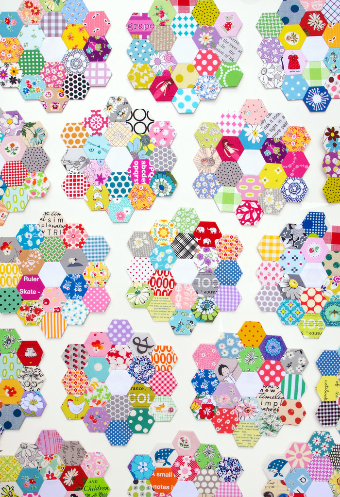 Scrappy Grandmother's Flower Garden Quilt - Hexagon Quilt | © Red Pepper Quilts 2018 #hexagonquilt #englishpaperpiecing #redpepperquilts