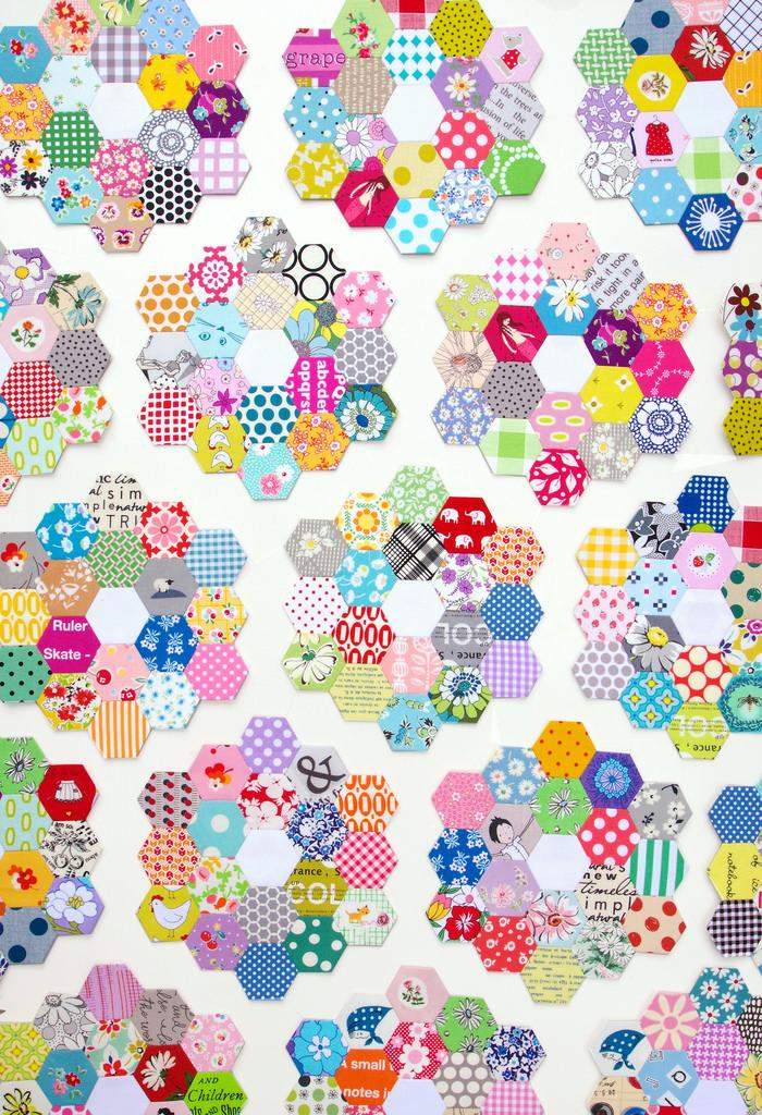 Scrappy Grandmother's Flower Garden Quilt - Hexagon Quilt | © Red Pepper Quilts 2018 #hexagonquilt #englishpaperpiecing #redpepperquilts