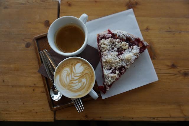 Káva a koláč v EMA espresso baru