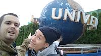 Carlos y Pili con la popular bola de Universal Studios en la entrada