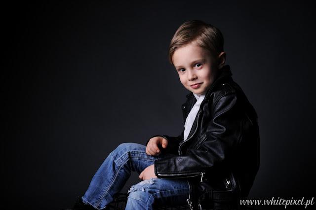 mały chłopiec w skórzanej kurtce na sesji fotograficznej