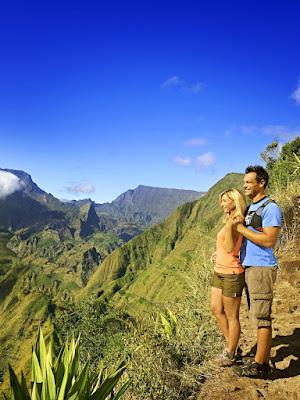 Couple en randonnée pédestre en zone montagneuse - La Réunion