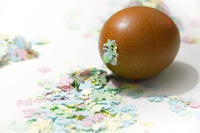 Rellenamos los huevos con confeti