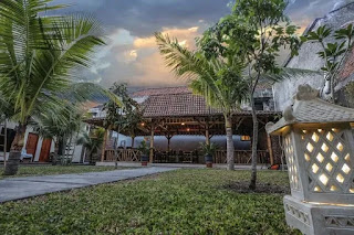 Tempat honeymoon nyaman dan romantis di Jogja yang terakhir yaitu Malioboro Garden Hotel. Sesuai dengan namanya, Hotel ini berdiri 100 meter dari Jalan Malioboro atau lebih tepatnya berdiri di Jl. Mataram, Jl. Sosrokusuman, Suryatmajan, Danurejan, Yogyakarta.