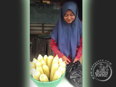 FOTO 1 : Neng Cantik Penjual Jagung Rebus Manis dari Subang