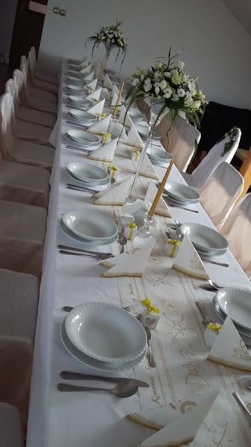 piękne dekoracje stołu komunijnego