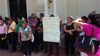Profesores protestan frente a la Alcaldía de Santa Marta