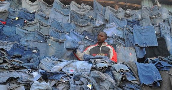 Mitumba, storie di magliette e di jeans. Una carità che rischia di far male