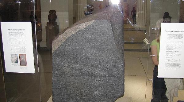 Το μυστήριο της Στήλης της Ροζέττας που έχει μια εγχάρακτη επιγραφή σε δύο γλώσσες αιγυπτιακή και Ελληνική! [Βίντεο]