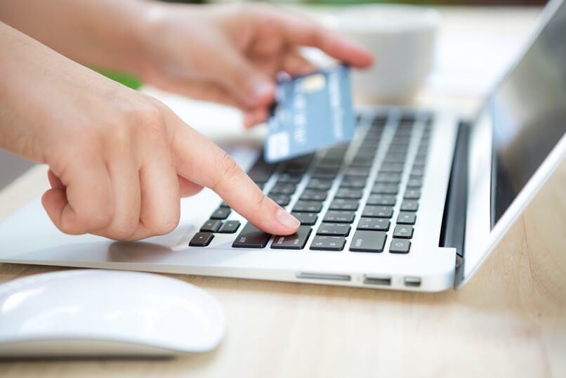 Tarjeta de crédito para tus compras en línea.