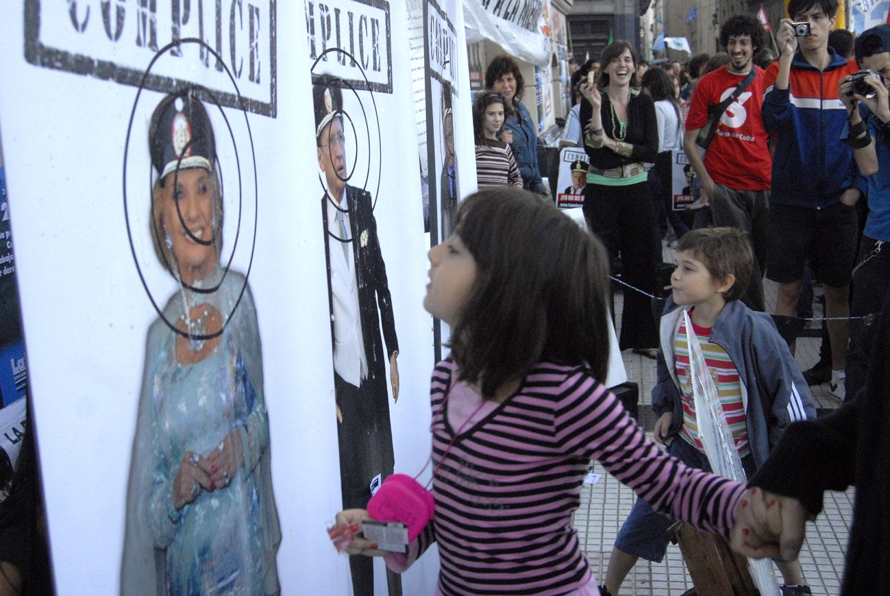 Resultado de imagen para nenes escupen carteles de periodistas