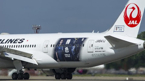 Kicsúszott egy repülőgép a gurulóútról a tokiói reptéren