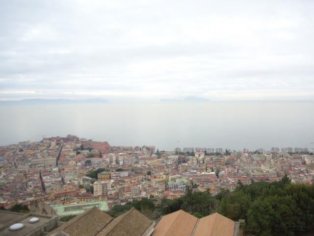 widok na wyspę Capri z Neapolu