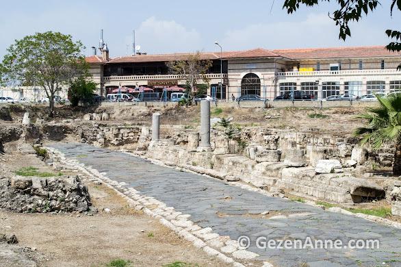 Tarsus'un merkezinde otopark kazısında Antik Yol bulunmuş. Mersin