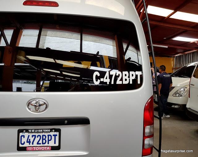 Vans que fazem o transporte de turistas para o Mercado de Chichicastenango, Guatemala