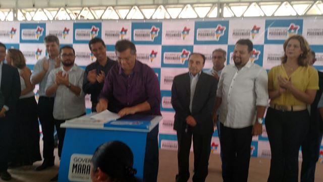 Flávio Dino assina o projeto que cria a Uemasul. Foto: Kelly Queiroz